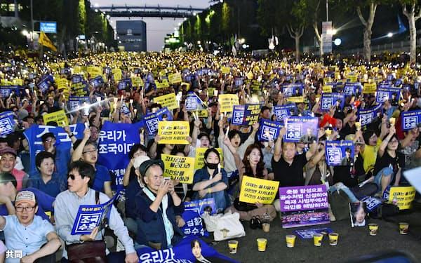 韓国の曺国法相が進める検察改革を支持する市民らが開いた集会(28日、ソウル)=共同