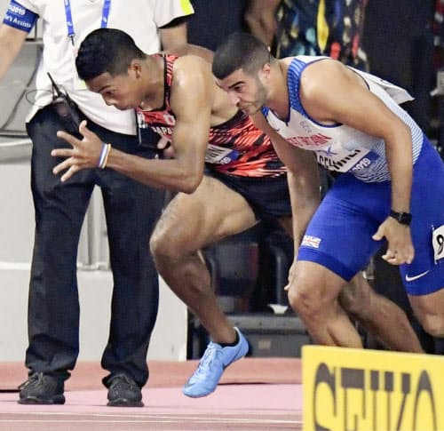男子100メートル準決勝 スタートするサニブラウン・ハキーム(左)。決勝に進めなかった(28日、ドーハ)=共同