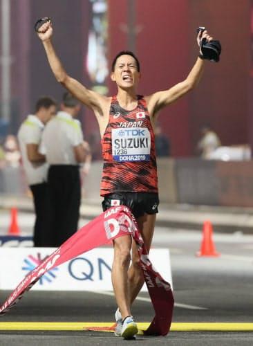 男子50キロ競歩で金メダルを獲得した鈴木=山本博文撮影
