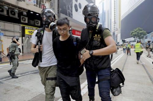 29日、香港警察は複数のデモ参加者を拘束した=AP