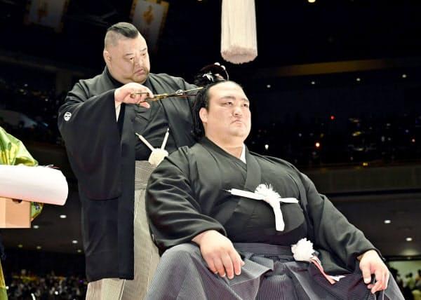 断髪式で田子ノ浦親方(左)に大銀杏を切り落とされる元横綱稀勢の里の荒磯親方=共同