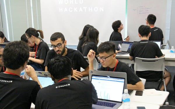 スタンフォード大やケンブリッジ大、インド工科大など13カ国から37人の学生が集まった(東京都渋谷区)