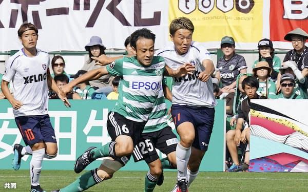 松本―FC東京 前半、競り合う松本・藤田(左)とFC東京・永井=共同