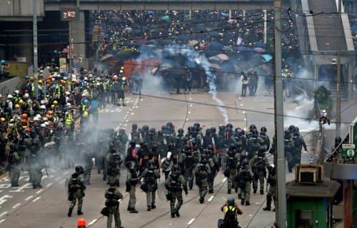 立法会の近くではデモ隊と警察が衝突した(29日、香港)=ロイター