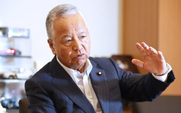 インタビューに答える甘利明・自民党税制調査会会長