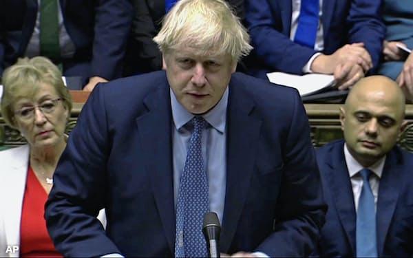 25日、ロンドンの英議会で発言するジョンソン首相(英下院提供、AP=共同)