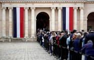 29日、パリのアンバリッド(廃兵院)で、シラク元大統領への最後のお別れに並ぶ市民ら(ロイター=共同)