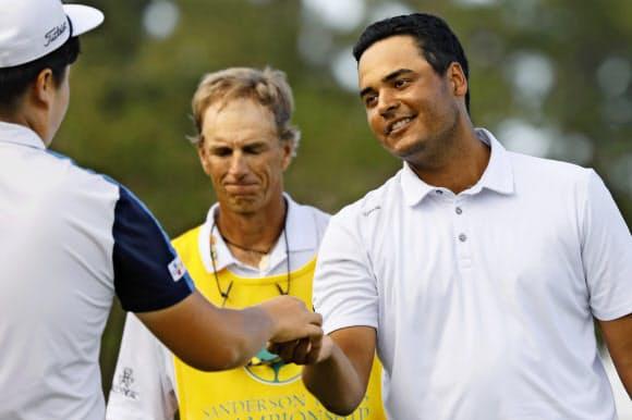 サンダーソンファームズ選手権を制したコロンビアのセバスチャン・ムニョス(右)=AP