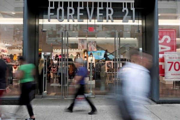 フォーエバー21はネット通販との競争で集客力が低下した(米ニューヨークの店舗)=ロイター