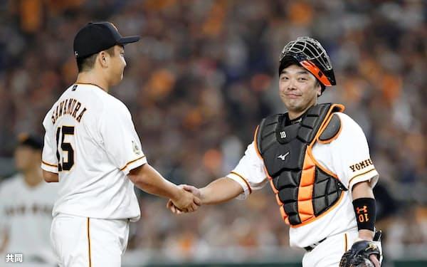 引退試合となったDeNA戦の二回、マウンドへ行き沢村(左)と握手を交わす阿部=共同