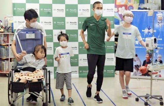 大迫は9月18日に横浜市立大病院を訪れ、入院中の子どもたちに歩き方を教えた(右から2人目)=共同