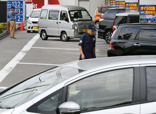給油の車で混雑するガソリンスタンド(30日、東京都世田谷区)