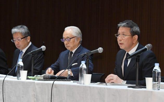 記者会見するかんぽ生命保険の植平社長(右)ら(30日、東京・大手町)