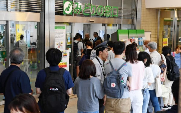 定期券を購入する人たちで混雑するJR新宿駅のみどりの窓口(30日、東京・新宿)