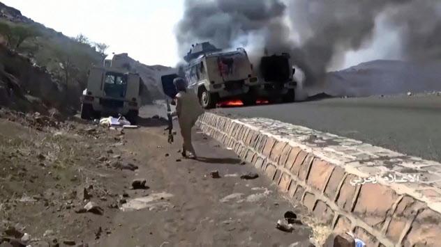 フーシ派が29日公開した、大破し炎上する軍用車両の映像=ロイター