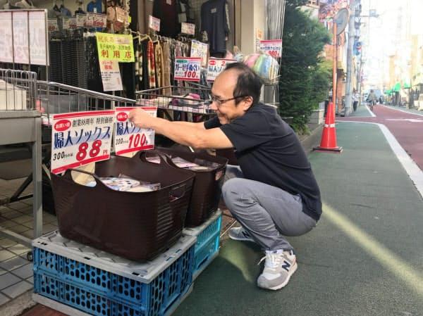 青戸銀座(東京・葛飾)の店舗でも値札の入れ替えが進む