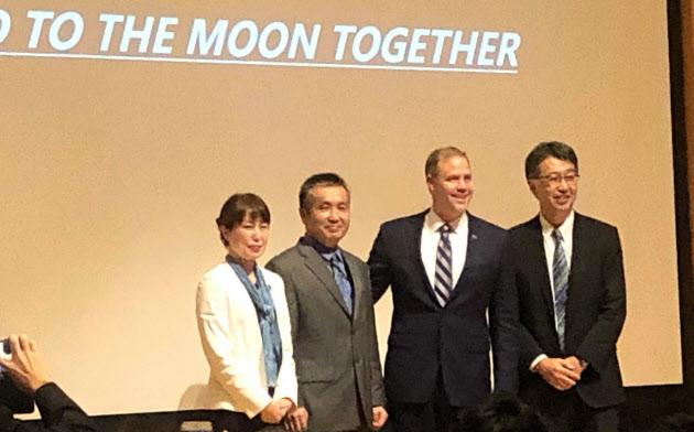 東京大学で講演の後に記念撮影に応じるブライデンスタインNASA長官(右から2人目)