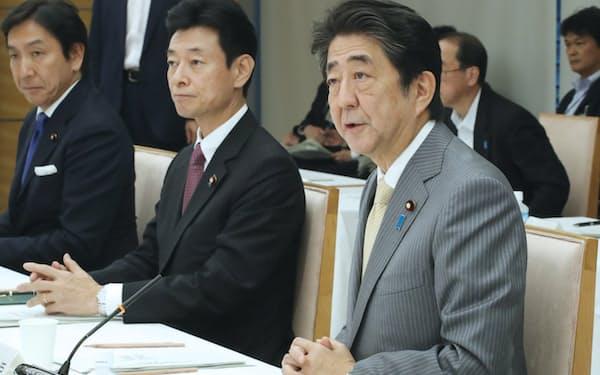経済財政諮問会議であいさつする安倍首相(30日、首相官邸)