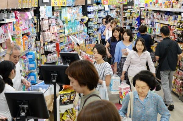 消費増税を前に日用品を買い求める人で混雑するドラッグストア(30日、東京都大田区のココカラファイン大森店)