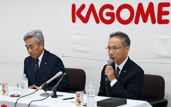カゴメの寺田直行社長(左)と山口聡新社長(右)は30日、名古屋市の本社で記者会見を開いた