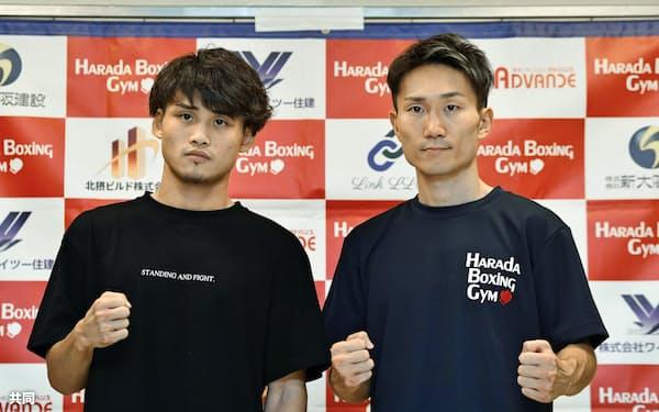 WBAライトフライ級タイトル戦の調印式後、ポーズをとるスーパー王者の京口紘人(左)と挑戦者の久田哲也(30日、エディオンアリーナ大阪)=共同