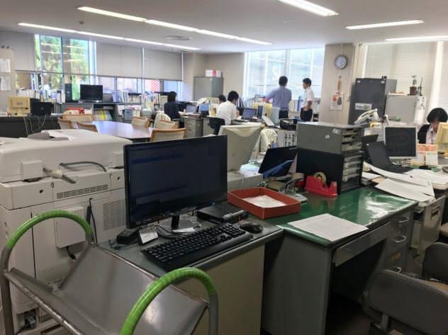 RPAソフトの入ったパソコンが自動で入力作業をこなす(富山県南砺市役所)