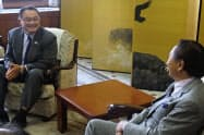 神奈川県内で開催する五輪種目について話すJOCの山下会長(左)と黒岩知事