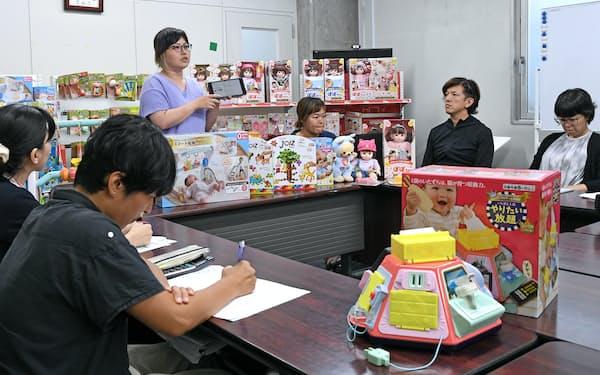 商品開発について議論するピープルの社員(東京都中央区)