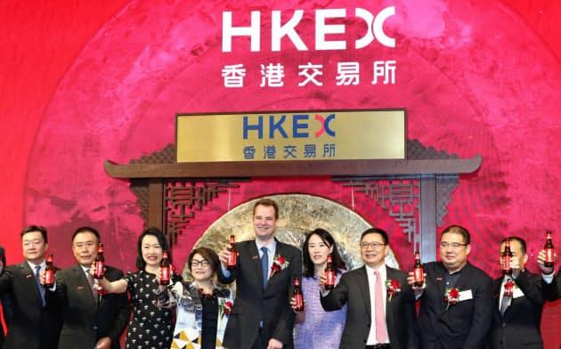 30日、香港上場を記念してビールで乾杯するバドワイザーAPACの関係者