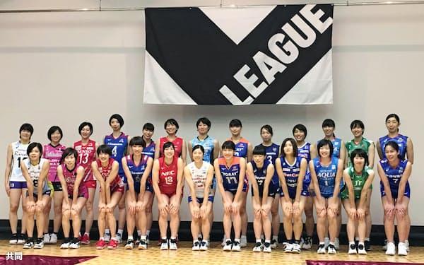 記者会見後、記念写真に納まるバレーボール「Vリーグ」女子の選手たち(30日、大阪市)=共同