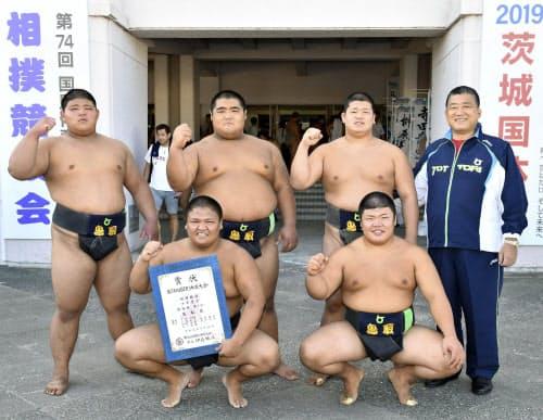少年団体で6年ぶり5度目の優勝を果たした鳥取チーム(30日、土浦市霞ケ浦文化体育会館)=共同