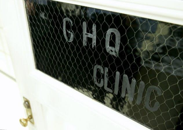 診療所内のドアに残る「GHQ CLINIC」の文字