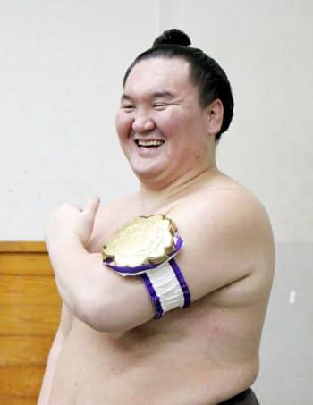第78回全日本力士選士権で優勝し笑顔の横綱白鵬(30日、両国国技館)=共同