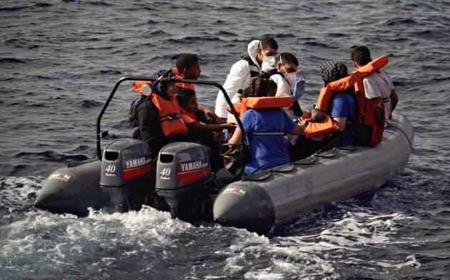 地中海でマルタ当局に保護される難民(9月)=AP