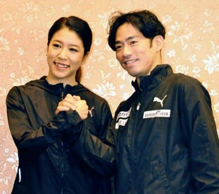 記者会見でポーズをとるフィギュアスケートの高橋大輔(右)と村元哉中(30日、横浜市)=共同