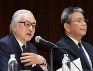 記者会見する日本郵政の長門社長(左)とかんぽ生命保険の植平社長(30日、東京・大手町)