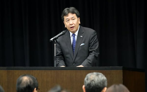 立憲民主党大会であいさつする枝野代表(30日、参院議員会館)