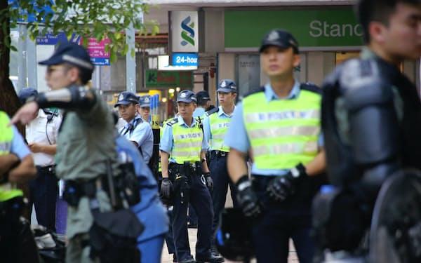 繁華街を警戒する警官隊(1日、香港)
