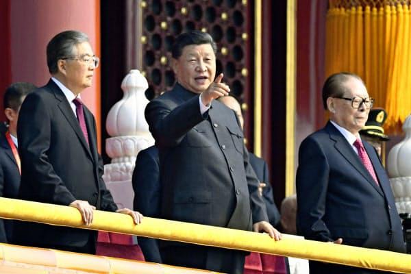 記念式典に臨む(左から)胡錦濤前国家主席、習近平国家主席、江沢民元国家主席(1日、北京の天安門)=共同
