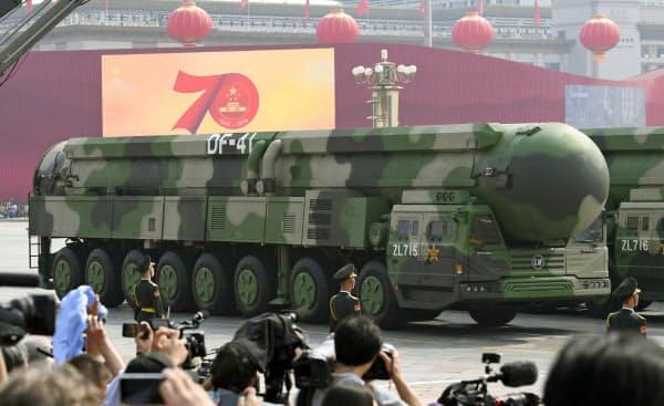 中国建国70年の軍事パレードに登場した多弾頭型大陸間弾道ミサイル「東風41」(1日、北京の天安門前)=共同