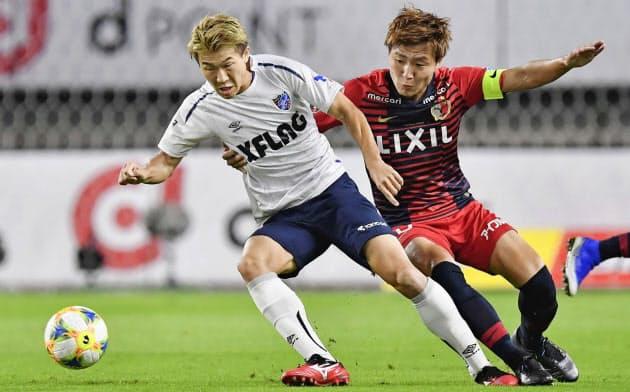 終盤戦にさしかかってきたJ1では、優勝を争う鹿島―FC東京戦など熱い戦いが続く=共同