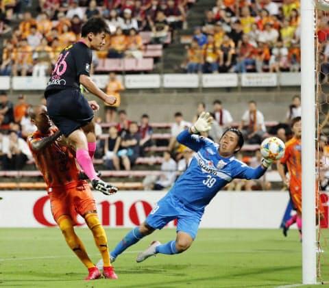 9回目のリーグ優勝を目指す鹿島は選手の欧州移籍が相次いだが、上田(左上)らの加入でチームを整えた=共同