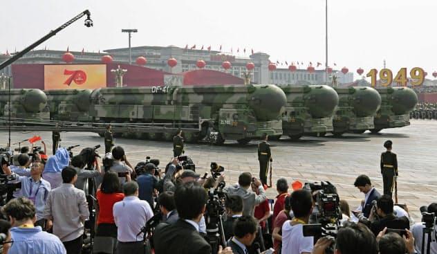 軍事パレードに登場した「東風41」(1日、北京の天安門前)=共同