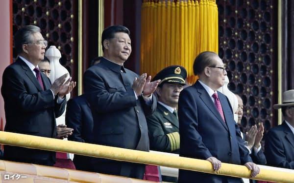 中国建国70年の軍事パレードの際、北京・天安門の上に登場した習近平国家主席(中)、江沢民元国家主席(右)、胡錦濤前国家主席(左)=ロイター