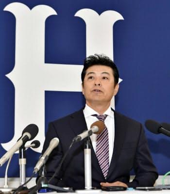 記者会見で退任を表明する広島の緒方孝市監督(1日、マツダスタジアム)=共同