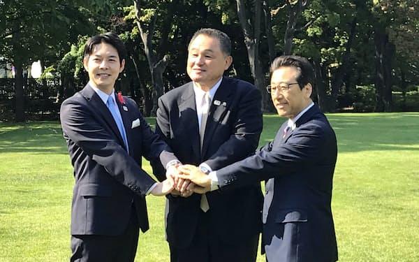 面会後に握手する北海道の鈴木知事(左)、JOCの山下会長(中)、札幌市の秋元市長(1日、札幌市の知事公館)
