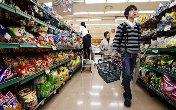 韓国では消費の低迷でデフレを懸念する声も出ている(ソウルのスーパー)=ロイター