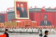 市民パレードでは習近平国家主席らの巨大な肖像画が掲げられた(1日、北京市)=ロイター
