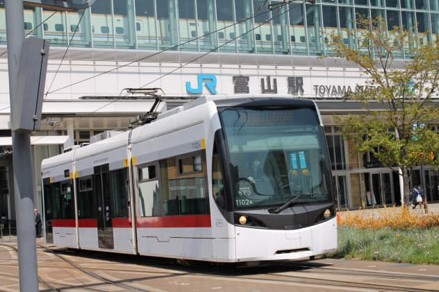 富山駅の南北をそれぞれ走る路面電車が20年3月21日に接続する(JR富山駅南側を走る電車)