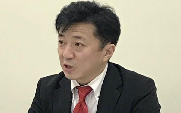 記者会見するパワーソリューションズの佐藤社長(1日午後、東証)